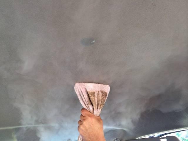 天井の清掃も、もちろん行っております。天井にヤニ汚れやシミが着いてる場合がありますので、気持ちよくお乗り頂くためにも内装の清掃はかかせませんね!(^^)!