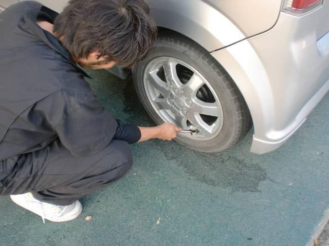 タイヤ空気圧のチェック。タイヤの残量チェックにバルブからのエア漏れ点検、もちろんタイヤに異物が刺さっていないかも確認もしております。ドライブ中のパンクやバーストを未然に防ぎます!!