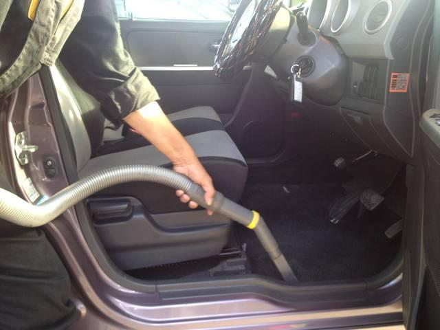 業務用の掃除機を用いて、細かいゴミも掃除しております。足元が汚れていると、車に乗る気も失せてしまいます!!弊社の在庫車を見てください。お気に入りのお車が見つかるはずです!(^^)!