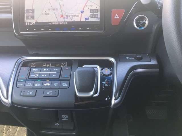 インパネシフトで足元すっきり。運転席もゆったりしているのでゆとりを持って運転できます。