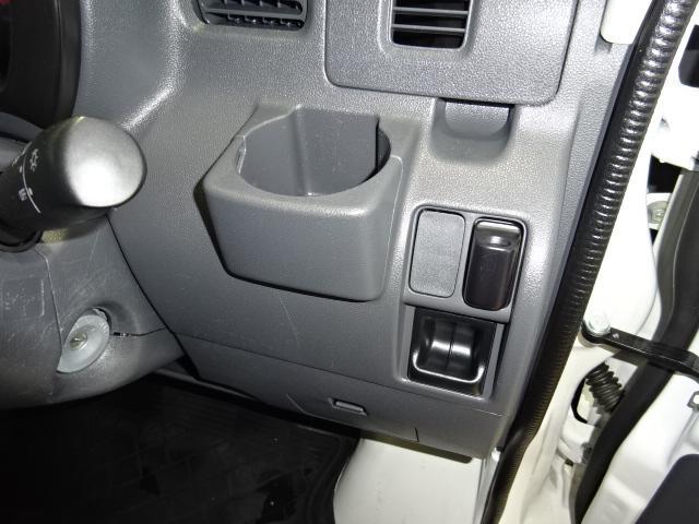 運転席はドリンクホルダーとコインポケットが備わっています♪