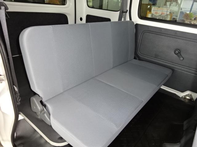 後部座席は倒してフラットにする事も可能なので収納スペースがさらにUP!!