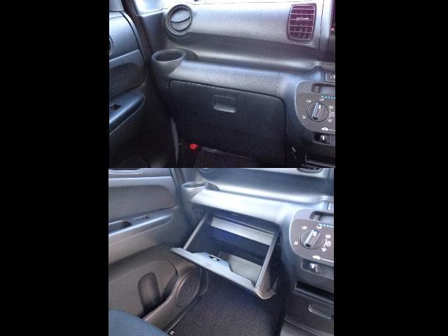 グローブボックスはたっぷりと入ります。車検証に他にもお好きなCDなど入れてみるのも良いですね!