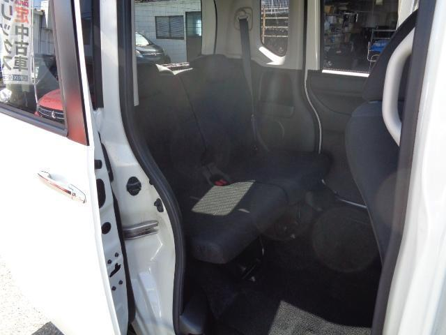 後部座席のシート状態は良好です。足元もゆったりとくつろいでいただけます。