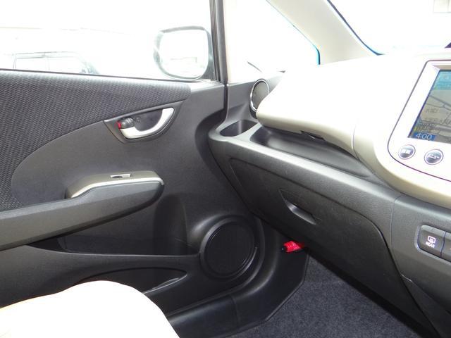ダッシュボード周りも非常に綺麗な状態です。助手席エアバックもうれしい装備ですね!収納も助手席側に2個ありますので細かい物でも収納できます。