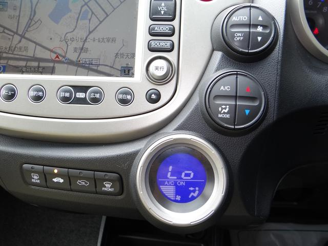 エアコンはオートエアコンで使い勝手もいいエアコンのパネルです。ステアリングスイッチから操作できるので非常に便利な一台です!こういう所にも人気の秘訣があるんでしょうね!