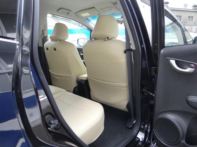 後部座席は大人が座っても足元は広く確保しています。この居住空間の広さが20系以降のハイブリットカーの進化した一つでもあります。家族でのお出かけやビジネスに活躍しますよ。