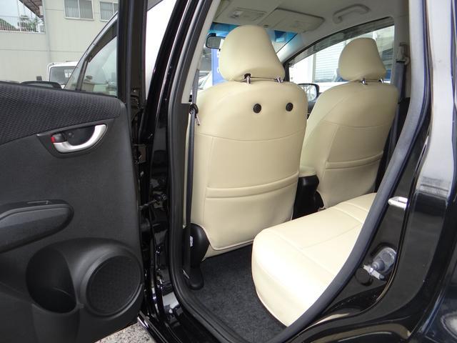 助手席側の足元も当然広々!特徴としては足元にゆとりが大きいところです。小物の収納も十分ありますので結構便利なんです。