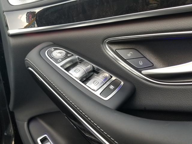 当然ですが、窓は全てオートパワーウインドウとなっております!サイドミラーはリトラクタブルミラーで鍵の開閉に連動しております!