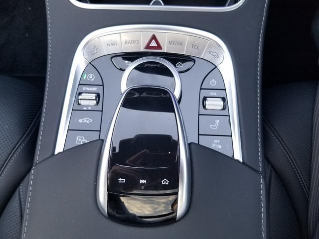 センターコンソールには、インフォテインメントシステムの操作スイッチのほか、走行モードのセレクターや車高の調節ボタンが並びます。