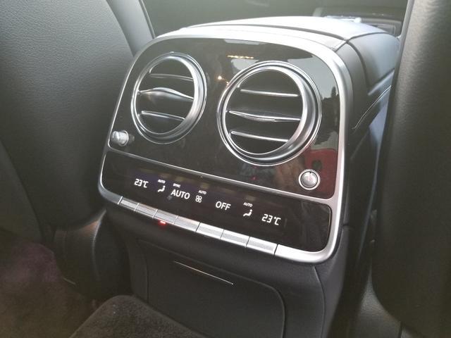 リアシートの快適さも忘れないベンツSクラス!フロントシートとセパレートで空調を調節いただけます!