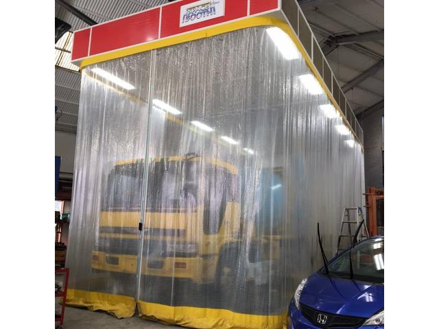 大型トラックも塗装できる大型塗装ブース!経験豊かな塗装スタッフがお客様にご満足いただける仕事をさせていただきます!