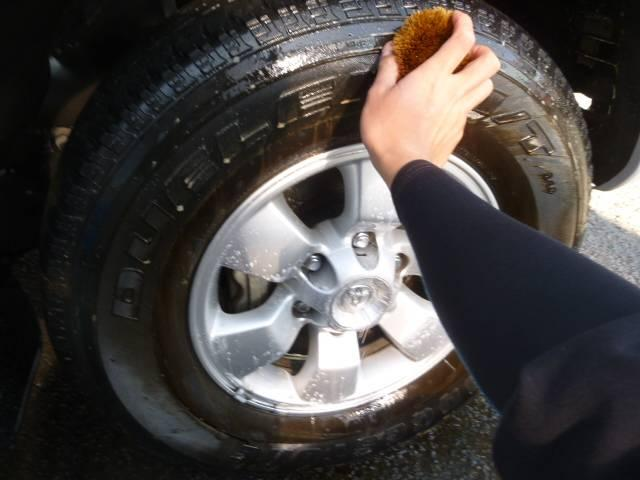 オシャレは足元から…(*^_^*) タイヤに付着した汚れを落としてワックスをかけます!(^^)!
