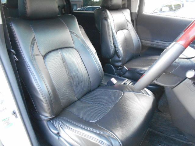 運転席はドライバーの居心地や運転の快適性を左右する大切な場所です。こちらの車はインパネシフトのお車です。クリーニング済みで汚れがないので気持ちよく使用して頂けます。