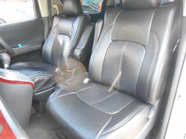 車内は密閉されている時間が多いことから臭いがついてしまいます。特に中古車だと臭いは気になってしまいますよね。こちらの車はクリーニング済みなので臭いはありません!シートのシミもなく清潔です!