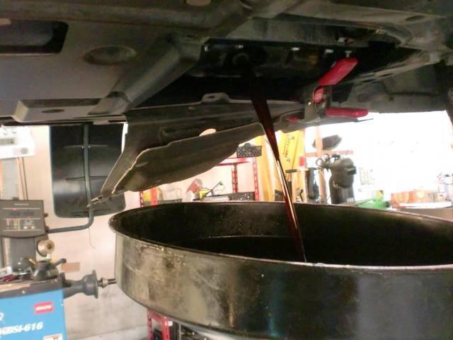 汚れたオイルはエンジンにダメージを与えてしまいます(>_<) 定期的なオイル交換で故障が防げます!!