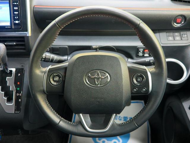 革巻きステアリングホイール装備。中央左はナビ連動スイッチ装備。運転しながらでも簡単操作!