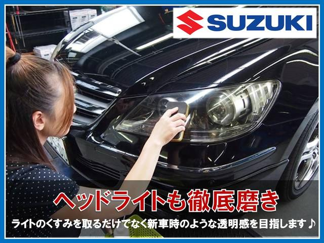 続いてヘッドライト磨きです。専用のケミカル剤を使用しライトのくすみを取り、その後手作業で綺麗に磨きあげていきます。仕上がる前と後を比べるとその差は歴然!!中古車でも新車のような輝きを目指します♪