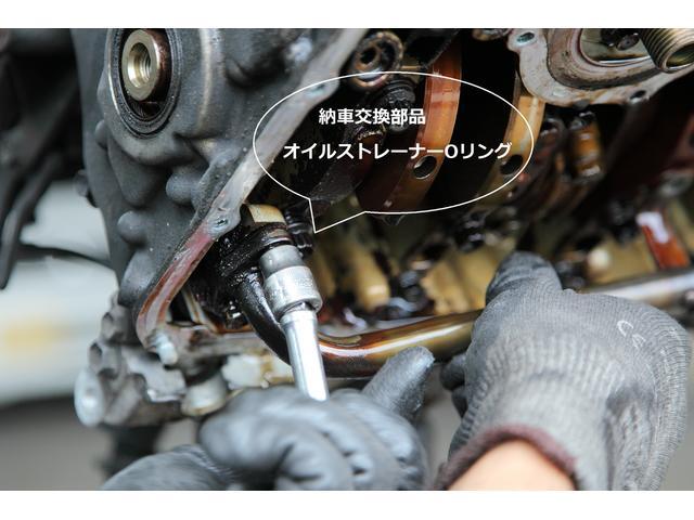 エンジンオイルのろ過機の役割のオイルストレーナを外します。