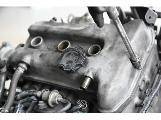 続いてエンジン上部のタペットカバーを外します