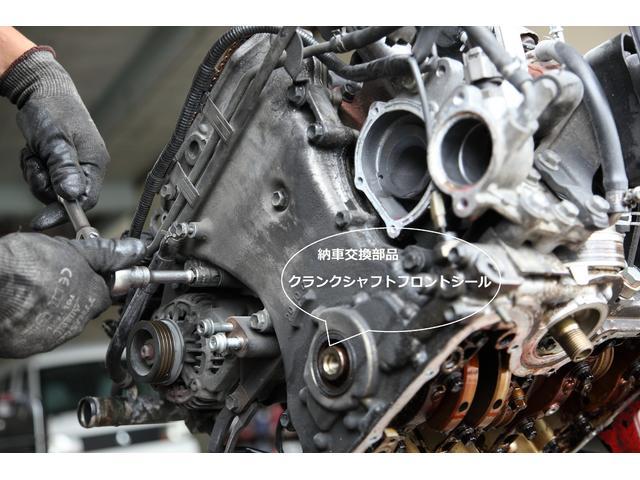 エンジン正面のタイミングチェーンカバーを外します