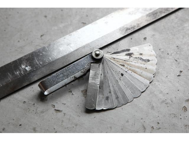 ストレートエッジ&シックネスゲージ!!こちらの道具で表面の歪みを測定していきます。歪みを測定するといっても、あからさまに目で見て歪んでいるというわけではありません。