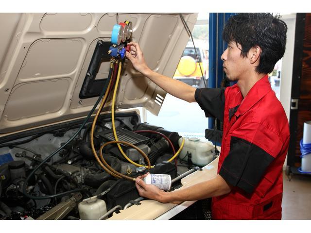 エンジン整備の次は、エアコン点検!!低圧・高圧のガスを測定し、コンプレッサーが正常に作動しているか、適正なエアコンガスが入っているかを点検します。