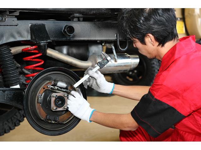 リアのブレーキ分解点検です。ドラムカバーを開けオイル漏れをしていないかチェックします。ブレーキシューに油脂の付着があれば再利用不可!!よってオーバーホール致します。