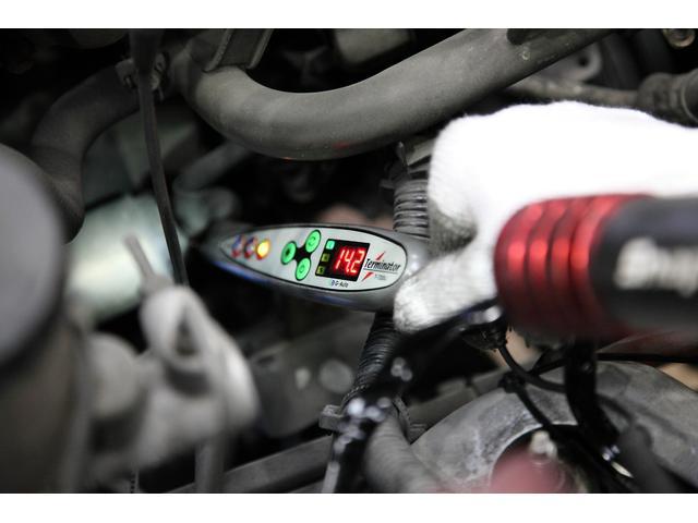 オルネーター点検!エンジンの動力を利用し発電させ、様々な部品に電気を供給します。その電気を貯蓄するバッテリーは納車時に交換致しますが、正常にオルタネーターから充電されているか、発生電圧を測定します。