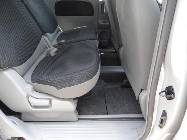 後部座席は大人が座っても足元は広く確保しています。この居住空間の広さが家族でのお出かけやビジネスに活躍しますよ。
