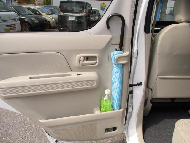 リヤドアには軽初となる雨の日の傘指定席【アンブレラホルダー】を装備。水滴は車外へのスグレモノ!