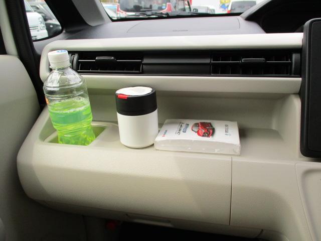 助手席前にドリンクホルダーと箱ティッシュも収納できる【助手席オープントレー】があります。