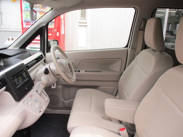 フロントシートはゆったりした空間があり運転しやすそう。ベンチシートで足元すっきり!