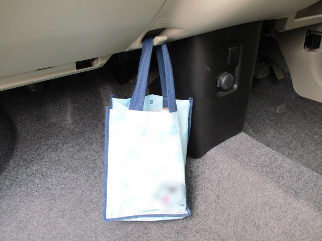 助手席側には【ショッピングフック】があります。小さめの荷物やエコバックなどがかけられて便利です。