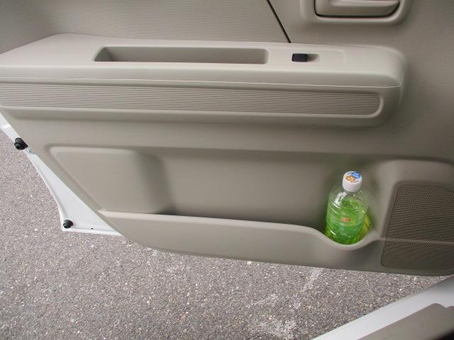 フロントシートの両サイドにはA4ノートが入るサイズの【フロントドアポケット】が。便利なペットボトルホルダー付。