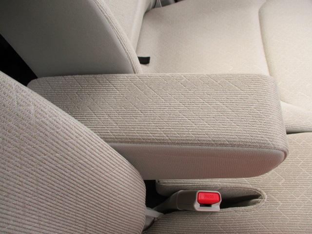 運転席に【フロントアームレスト】があります。