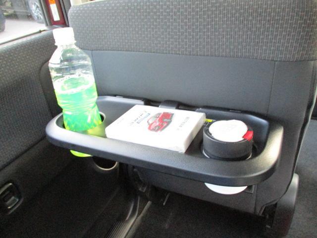 リヤシートも全車消毒済み。前に便利な【パーソナルテーブル】も装備。