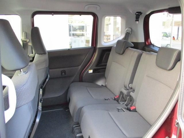 リヤシートも全車消毒済み。は天井も高く快適空間!足元も広々。左右のシートが別々に動くのでアレンジ色々