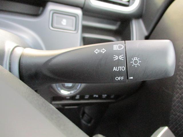 暗くなると自動的にヘッドライトが点灯する便利な【オートライトシステム】