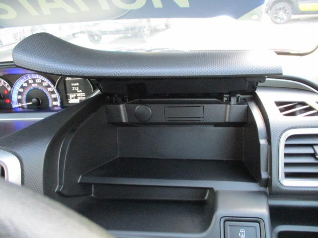 運転席側の【インパネアッパーボックス】は携帯電話や小物などの収納ができます!