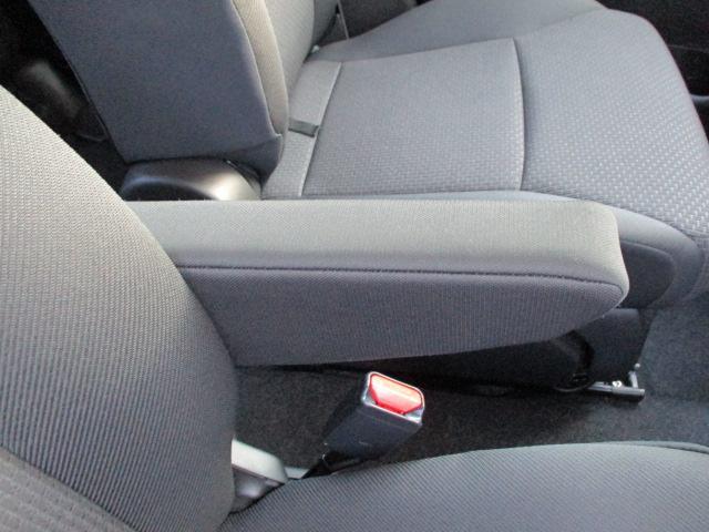 運転席に【フロントアームレスト】があります