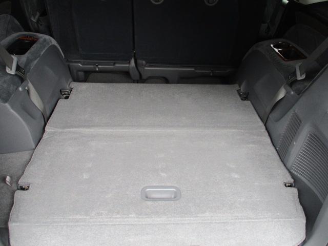 3列7人乗 トランクフロアに収納スペースたっぷりです!ピカピカです