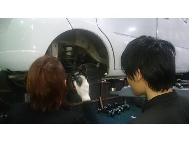 新人勉強会中〜♪代車を使用して勉強会を定期的に行ってます(*^_^*)