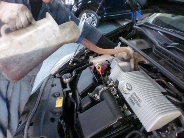 エンジンオイル交換作業中♪抜き取り後、規定量入れます(^^)v