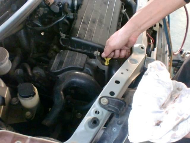 エンジンオイルの量・劣化具合の点検(^^)v国家資格を持ったスタッフが迅速・丁寧に作業を行います(*^_^*)