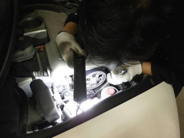 ファンベルト交換中!!!!交換後は一度エンジンをかけて異音など発生しないかチェック致します♪