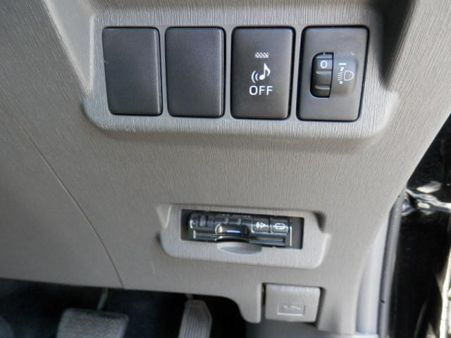 ドライブレコーダーやETCのサービス可能です。(弊社規定品、条件有、詳しくはスタッフまで)インパネシフトノブにより、足元広々でアクセル、ブレーキの操作も容易に行え、サイドブレーキも足下に付いています