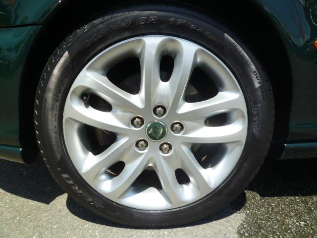 タイヤの溝も十分に残ってます!!ホイールとタイヤは専用洗剤でクリーニングし、効き目が長持ちの油性WAXでコーティングします!