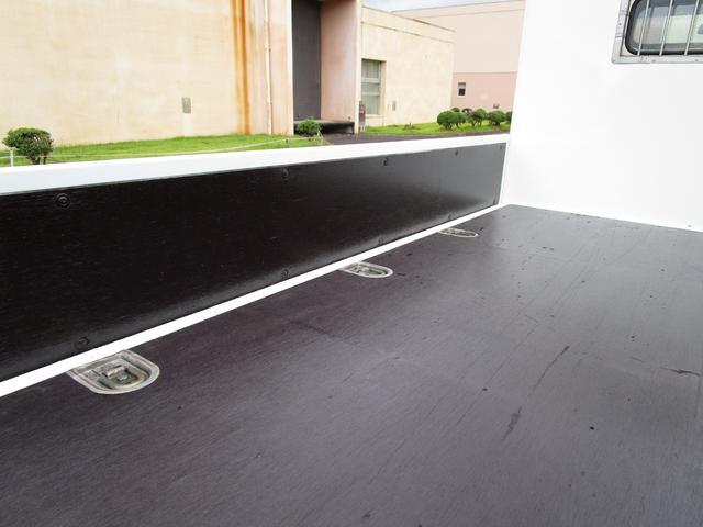 2トン全低床平ボディー ・内外装クリーニング仕上げ・アングル部鉄板張加工有・左側電動格納ミラー・荷台ロープフック有・イージーゴー/坂道発進装置(12枚目)