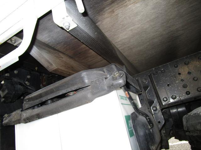 2トン全低床平ボディー ・内外装クリーニング仕上げ・アングル部鉄板張加工有・左側電動格納ミラー・荷台ロープフック有・イージーゴー/坂道発進装置(24枚目)